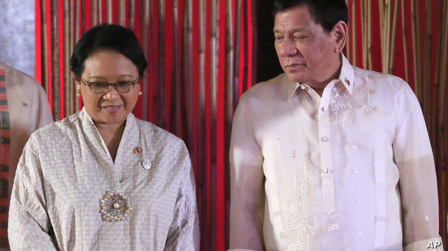 Philippine President Rodrigo Duterte talks with Indonesia's Foreign Minister Retno Marsudi during her courtesy call by foreign ministers of the 50th ASEAN Foreign Ministers' Meeting in Manila, Philippines Tuesday, Aug.8, 2017.