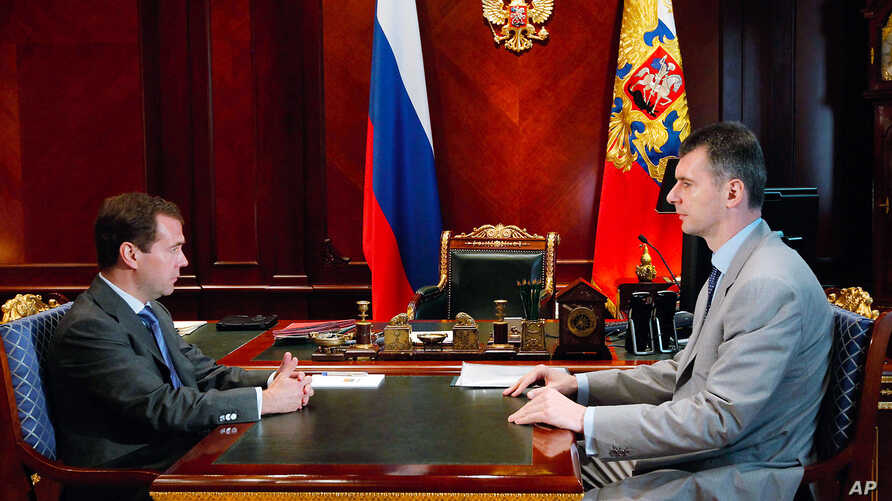 Russian President Dmitry Medvedev (L) speaks with businessman Mikhail Prokhorov during their meeting in the presidential residence at Gorki outside Moscow June 27, 2011.