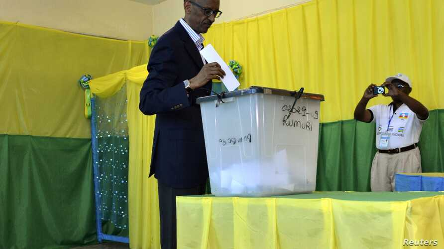 Rwandan President Paul Kagame casts vote during parliamentary election, Kigali, Sept 16, 2013.