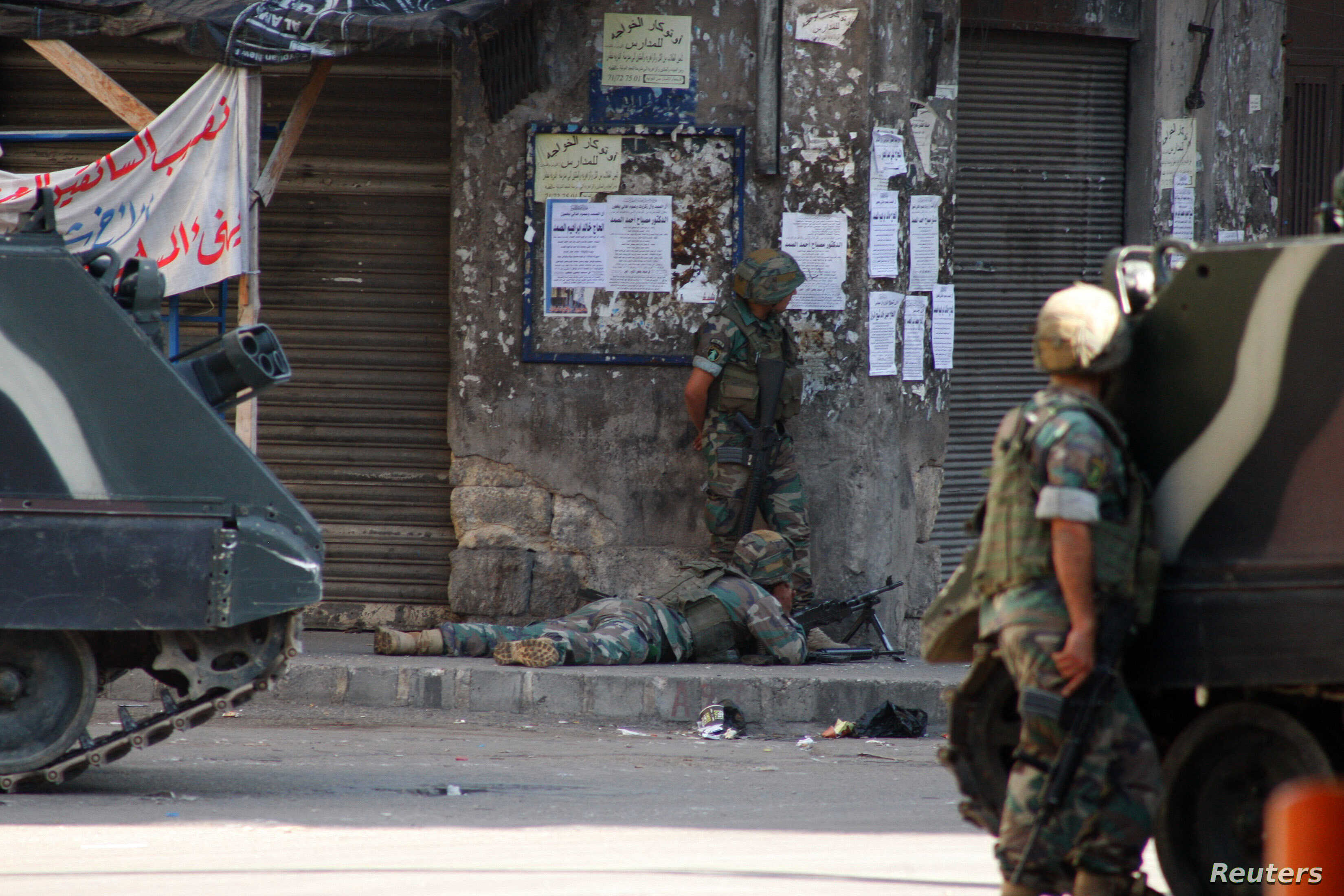Lebanese army soldiers take shooting positions during clashes with Islamist militants in Tripoli, Oct. 26, 2014.