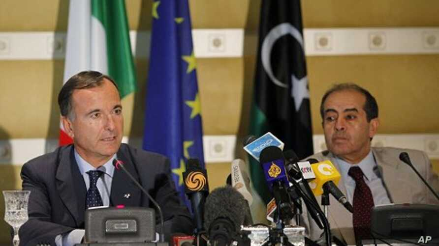 Italian Foreign Minister Franco Frattini, left, and Libya's de facto Prime Minister Mahmoud Jibril hold a news conference in Tripoli, September 30, 2011.