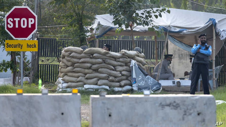 Pakistan police officers man a checkpoint outside the house of former President of Pakistan Pervez Musharraf, where he has been held under house arrest, in Islamabad, Oct 10, 2013.
