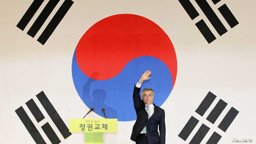 Moon Jae-in waves to supporters as he celebrates his win in the primary of his party in Goyang, north of Seoul September 16, 2012. Moon, who won all of the party's regional primaries, is one of leading candidates for the December 19 presidential elec