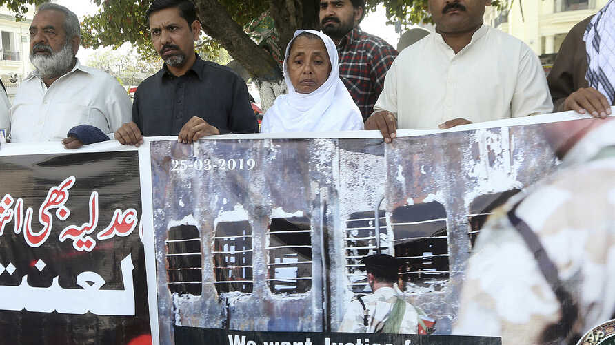 Relatives of victims of a 2007 train explosion in India hold a protest in Lahore, Pakistan, March 25, 2019.