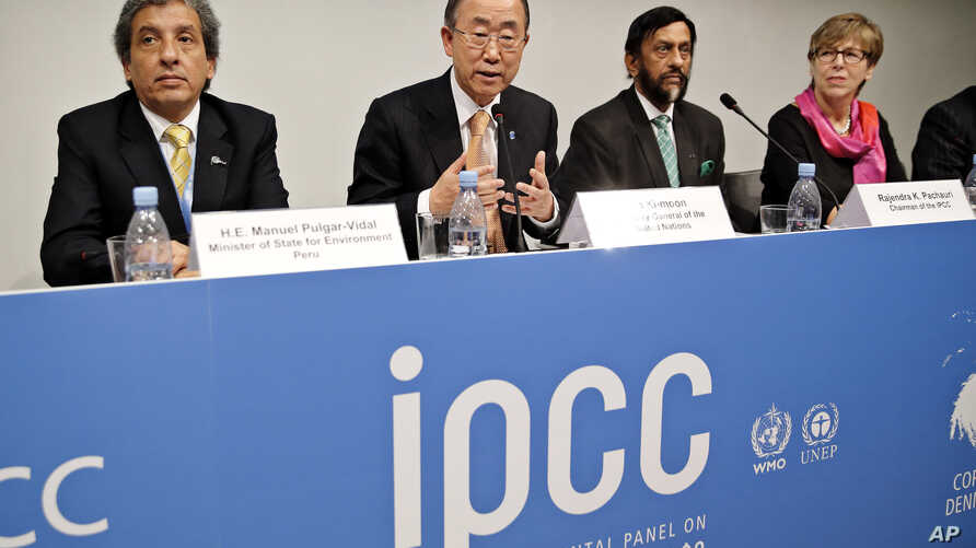 From left, Minister of State for Envionment of Peru Manuel Pulgar-Vidal, UN Sec. General Ban Ki-moon, Chairman of the IPCC Rajendra K. Pachauri and Secretary of the IPCC Renata Christ, present a report by the UN climate panel, Nov. 2. 2014, in Copenh
