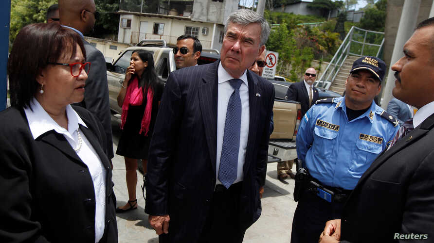 U.S. Customs and Border Protection Commissioner Gil Kerlikowske (C) tours a police checkpoint to check the procedures to detect and stop illegal immigrants in Tegucigalpa, Honduras, Aug. 25, 2016.