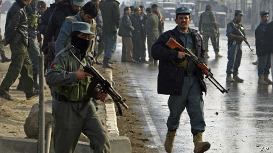 Afghan police keep watch after a suicide attack by two Taliban suicide bombers in Kabul killed five and wounded nine, Dec 19, 2010 (File Photo)