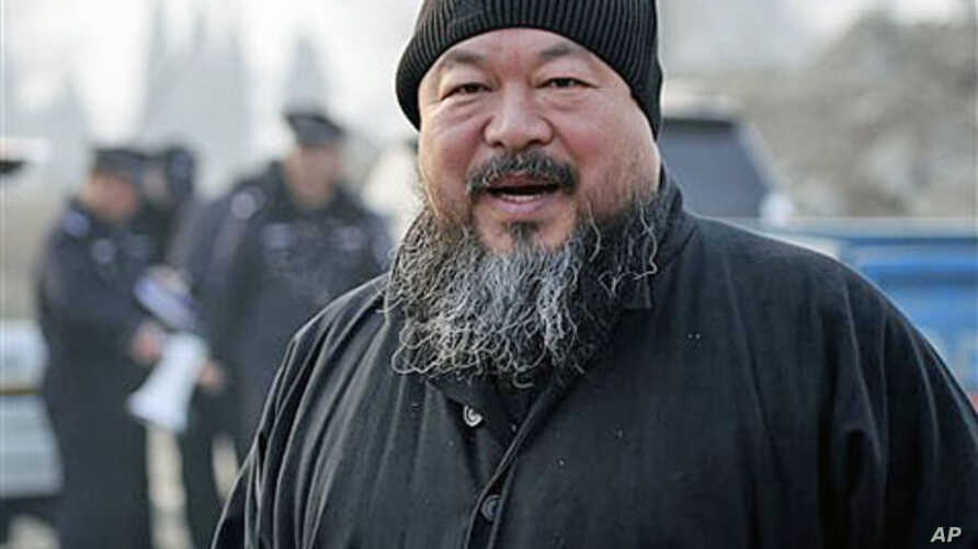 Artist Ai Weiwei arrives at the Wenyuhe court to support fellow artist Wu Yuren during his trial in Beijing, November 17, 2010 (file photo)
