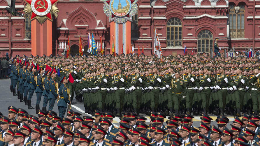 Russian army soldiers march along the Red Square during the Victory Parade marking the 70th anniversary of the defeat of the Nazi Germany in World War II, in Moscow, May 9, 2015.