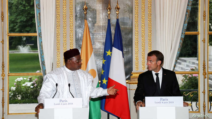 Niger's President Mahamadou Issoufou and French President Emmanuel Macron attend a joint press conference after their meeting at the Elysee Palace in Paris, France, June 4, 2018.