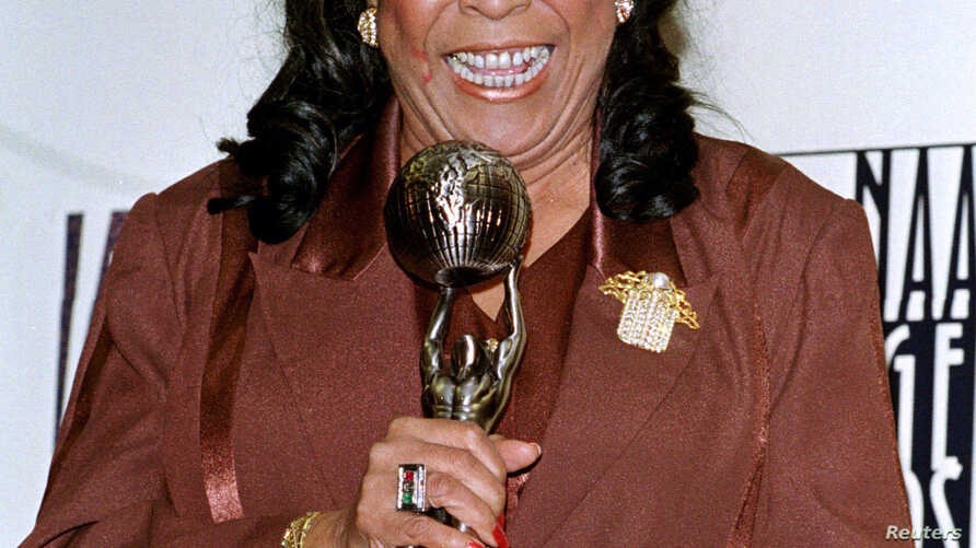 """FILE - Actress Della Reese poses with the Image Award she received as Outstanding Actress in a Drama Television Series for her role in """"Touched by an Angel"""" during the National Association for the Advancement of Colored People's 29th annual Image Awa"""