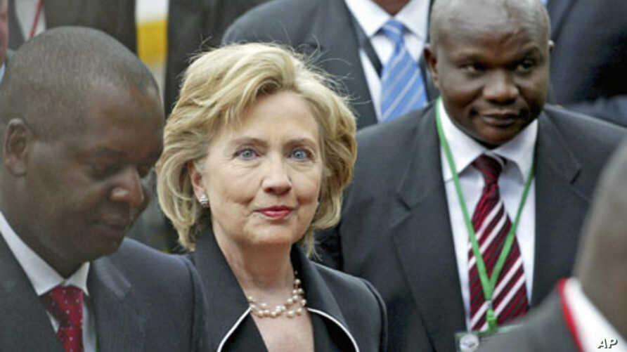 US Secretary of State Hillary Clinton (C), arrives at the opening session of the eighth Africa Growth Opportunities Act (AGOA) Forum in Kenya's capital Nairobi, August 5, 2009 (file photo)