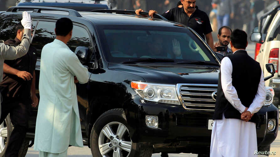 Muhammad Safdar, husband of Maryam Nawaz, daughter of ousted Pakistani premier Nawaz Sharif, waves from a a vehicle as he arrives at an accountability court in Islamabad, Oct. 19, 2017.