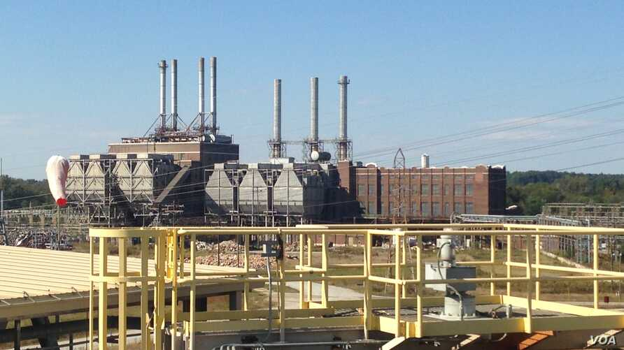 Duke Energy's Buck Combined Cycle power plant, in foreground, relies on cleaner energy than its shuttered coal-fired plant, at rear, in Rowan County, North Carolina. (N. Yaqub/VOA)