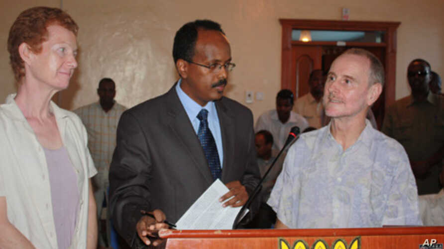 Paul and Rachel Chandler stand with Somali Prime Minister Mohamed Abdullahi Mohamed shortly after their release from kidnappers.
