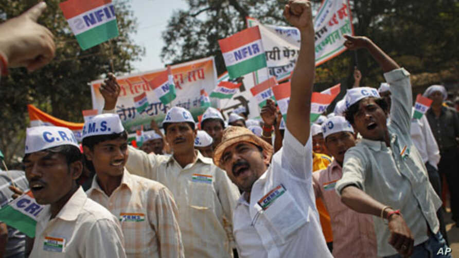Workers from the National Federation of Indian Railwaymen (NFIR) shout slogans during a protest rally in Mumbai February 28, 2012.