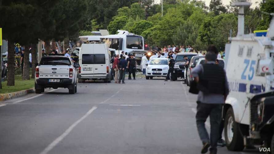 A bomb attack targets a police shuttle in Diyarbakır, Turk