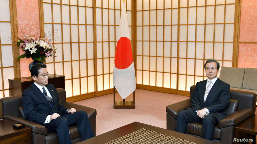 Japanese Foreign Minister Fumio Kishida (L) meets Chinese ambassador to Japan Cheng Yonghua in Tokyo, Japan, in this photo taken by Kyodo, Aug. 9, 2016.