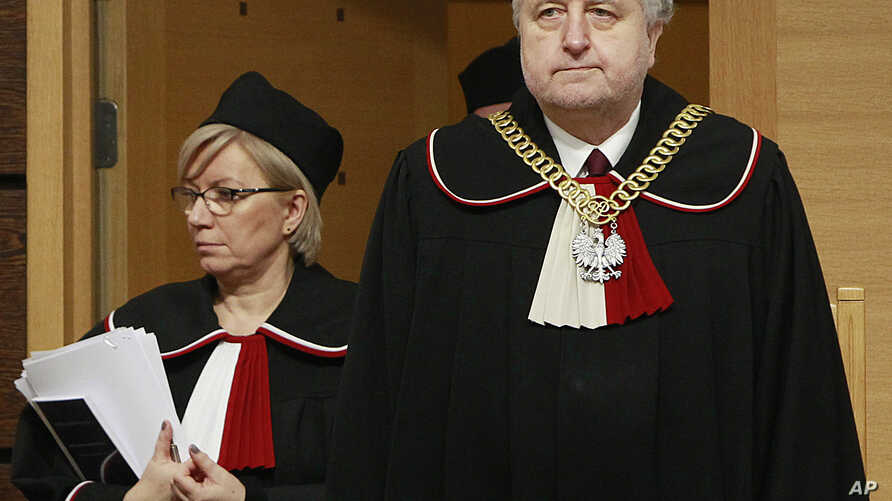 Andrzej Rzeplinski, right, head of Poland's Constitutional Court and a judge attend a session at the Constitutional Tribunal in Warsaw, Poland, March 8, 2016.