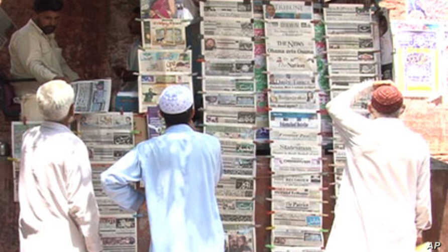 Pakistan citizens read posted newspapers, May 3, 2011
