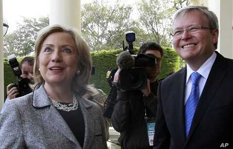 U.S. Secretary of State Hillary Rodham Clinton, left, is greeted by Australia's Foreign Minister Kevin Rudd at Government House in Melbourne, 8 Nov. 2010.