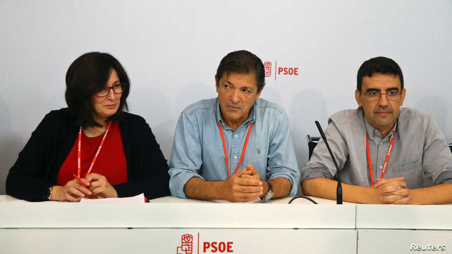 Spain's Socialist Party (PSOE) interim management members Ascension Godoy (L), chairman Javier Fernandez and Mario Jimenez look on during the start of their meeting at the party headquarters in Madrid, Oct. 23, 2016.