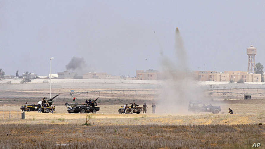 Anti-Gaddafi fighters push forward towards the center of Sirte during heavy fighting, October 1, 2011.