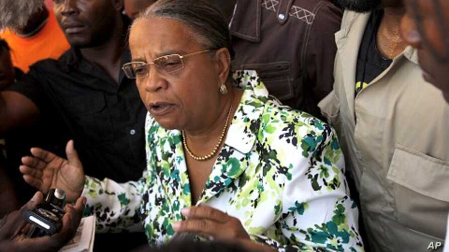Haitian presidential candidate Mirlande Manigat talks to members of the press after casting her vote in downtown Port-au-Prince, 28 Nov 2010