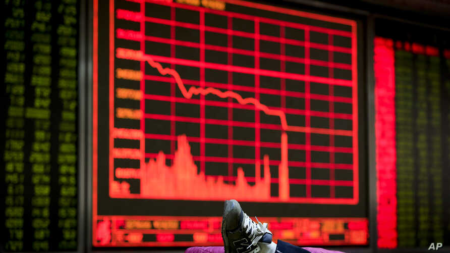 An investor rests her leg on a bench near an electronic board displaying stock prices at a brokerage house in Beijing, Jan. 4, 2016.