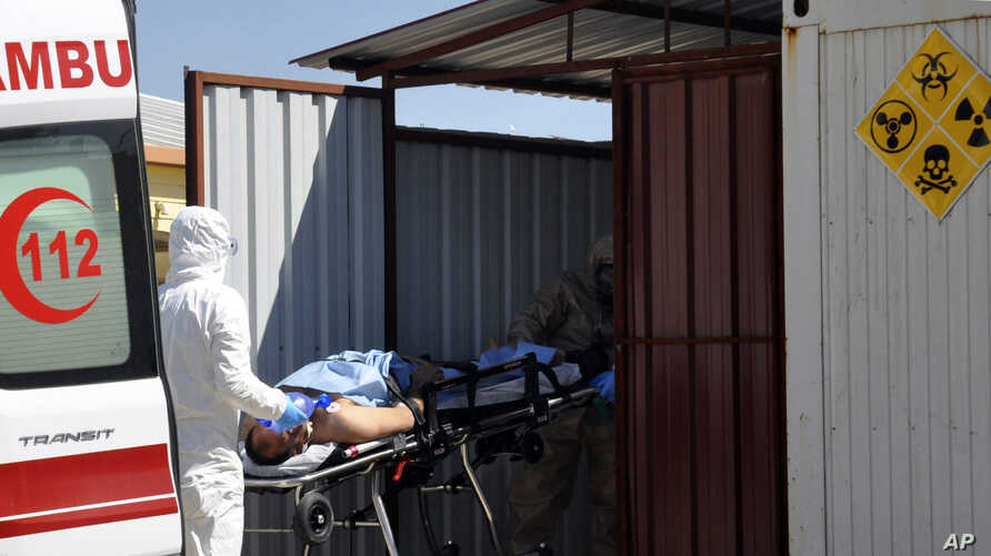 Turkish experts evacuate a victim of a suspected chemical weapons attacks in the Syrian city of Idlib, at a local hospital in Reyhanli, Turkey, April 4, 2017.