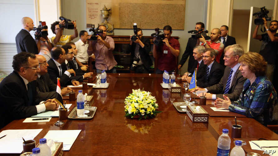 Egypt's Foreign Minister Nabil Fahmy (L) meets with EU High Representative for Foreign Affairs and Security Policy Catherine Ashton (R) and other officials at his office in Cairo on October 1, 2013, as she starts a two-day trip for talks with Egyptia