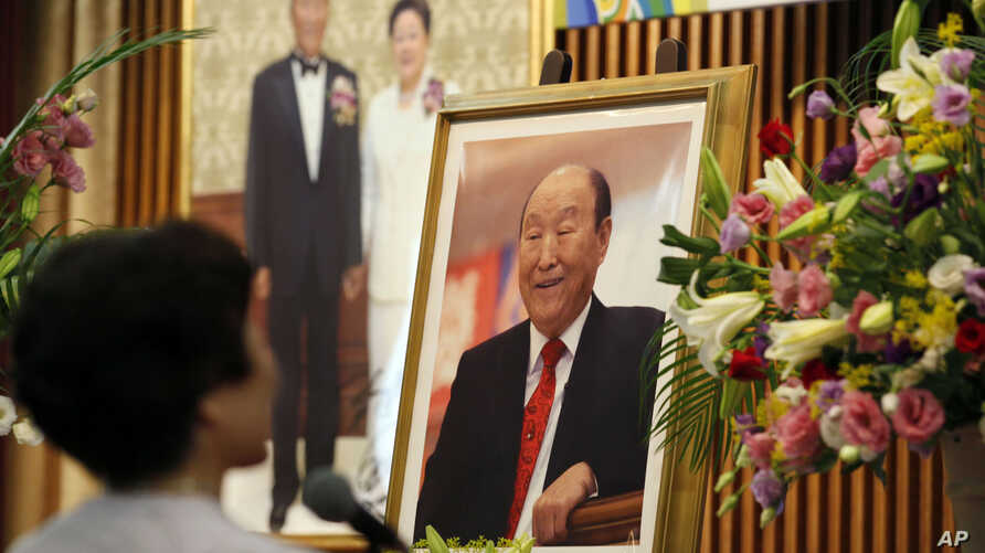 A woman pays respect to the Rev. Sun Myung Moon at a Unification Church in Tokyo, September 3, 2012.
