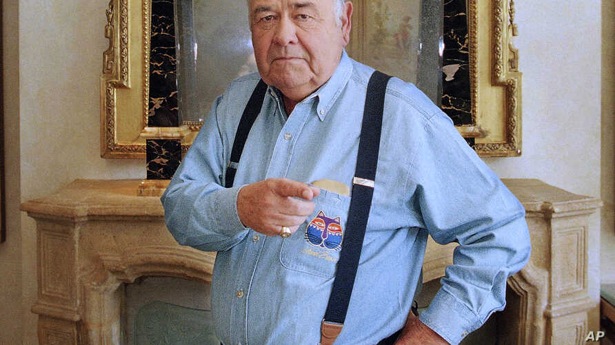 FILE - This May 6, 1997 file photo shows comedian Jonathan Winters posing at a hotel in Beverly Hills, California.