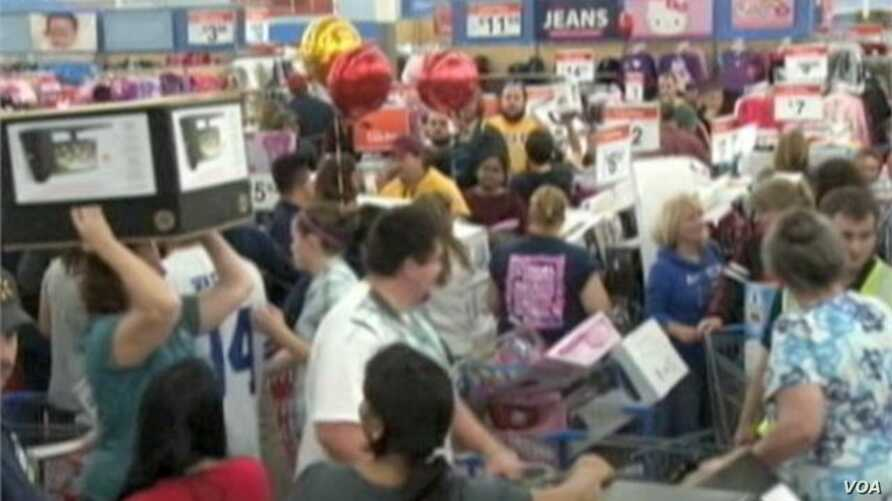 US Shoppers Flock to Stores Searching for Bargains