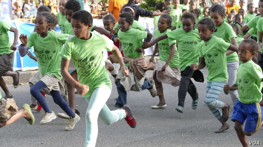 Children participate in a running event that's part of an awareness campaign to change attitudes and prevent child marriages, in Gondor, Ethiopia, Septmber 2015. (M. van der Wolfe / VOA)