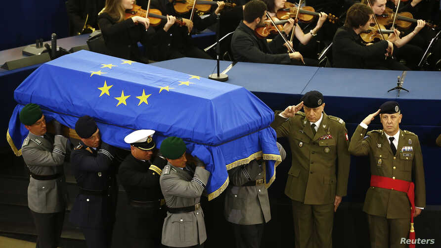 German soldiers carry the coffin of late former German Chancellor Helmut Kohl during of a memorial ceremony at the European Parliament in Strasbourg, France, July 1, 2017.