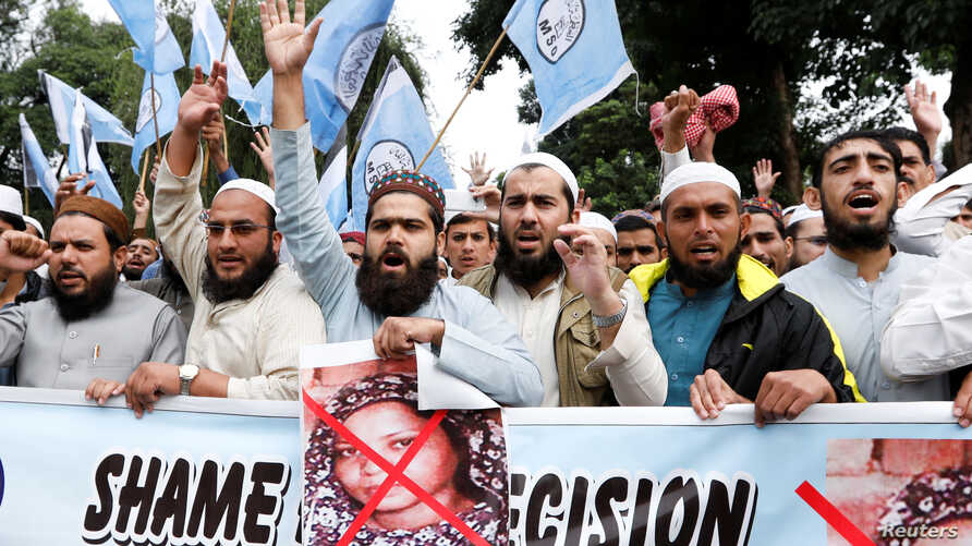 Supporters of Muslim Student Organization (MSO) chant slogans during a protest after the Supreme Court overturned the conviction of a Christian woman sentenced to death for blasphemy against Islam, in Islamabad, Pakistan, Nov. 2, 2018.