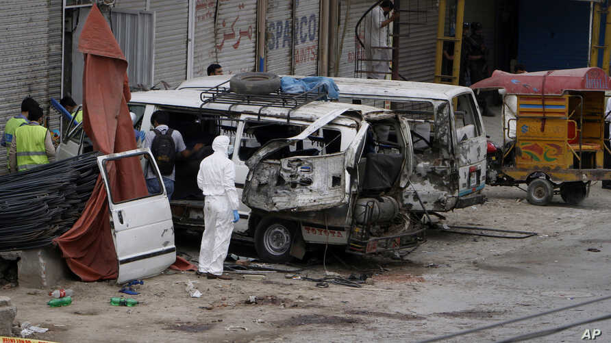PakistanPakistani investigators examine damage vehicles at the site of suicide bombing in Lahore, Pakistan, April 5, 2017.