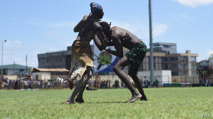 "Two wrestlers grapple at the ""Wrestling for Peace"" tournament at Juba Stadium in South Sudan's capital, April 16, 2016. (J. Patinkin/VOA)"