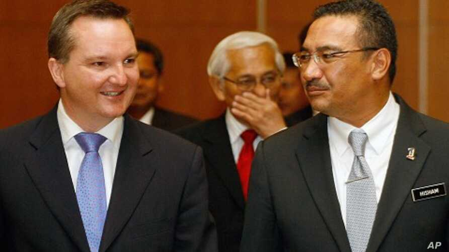 Australian Immigration Minister Chris Bowen, left, and Malaysian Home Minister Hishammuddin Hussein walk to a press conference after signing ceremony to swap refugees between the two countries, in Kuala Lumpur, Malaysia. (2011 File)