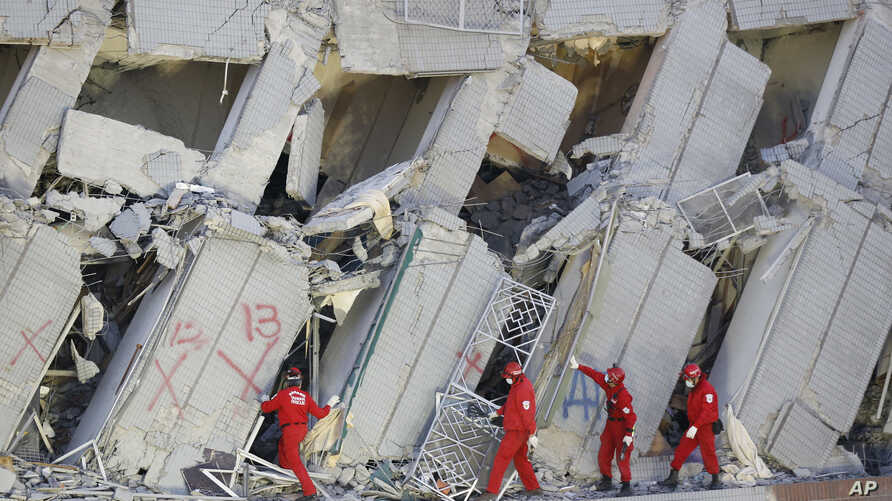 Emergency rescuers continue to search for missing in a collapsed building from an earthquake in Tainan, Taiwan, Feb. 7, 2016.