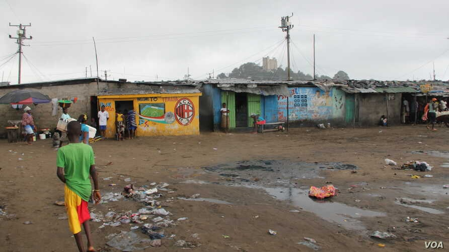 A scene from every day life in West Point, Monrovia, Liberia, Sept. 25, 2014.  (Benno Muchler /VOA)
