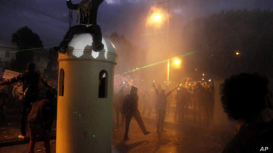 Anti-government protesters gather outside Egypt's presidential palace in Cairo, Feb. 1, 2013.