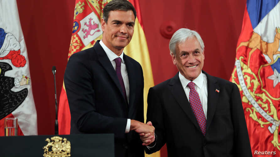 Chile's President Sebastian Pinera and Spain's Prime Minister Pedro Sanchez shake hands at the government house in Santiago, Chile, Aug. 27, 2018.