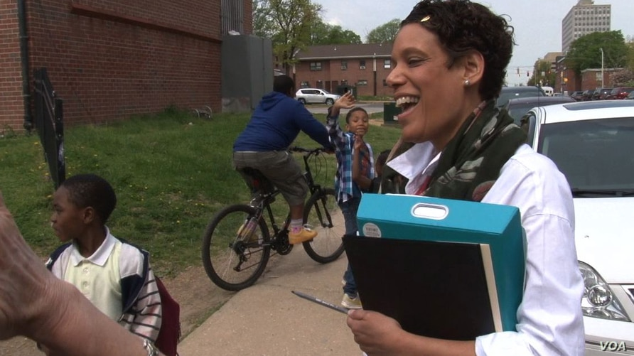 Henriette Taylor, a community school coordinator based at Samuel Coleridge-Taylor Elementary, connects students and their families with needed services in Baltimore, Maryland, May 1, 2015. (Jeff Swicord/VOA)