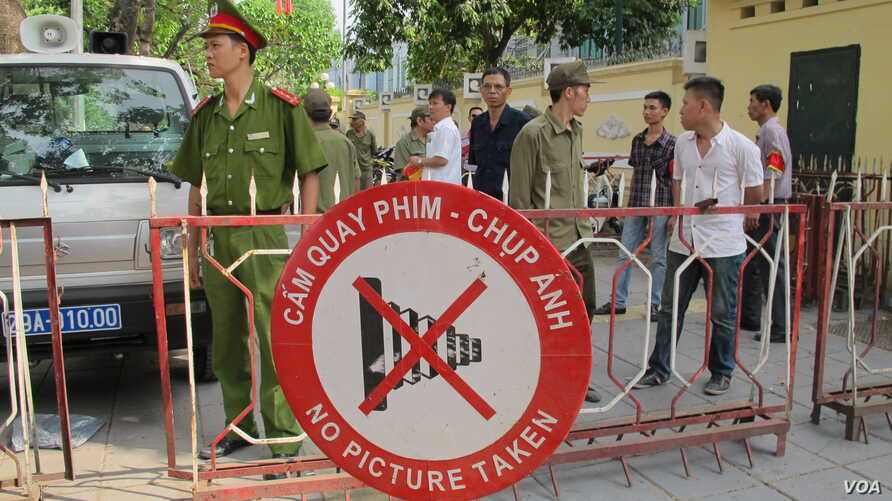 Sign on road opposite the Chinese Embassy in Hanoi, Vietnam, May 18, 2014 (Marianne Brown/VOA)