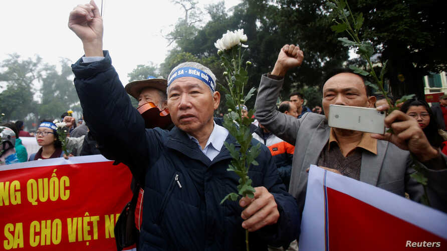 People take part in an anti-China protest to mark the 43th anniversary of the China's occupation of the Paracel Islands in the South China Sea in Hanoi, Jan. 19, 2017.