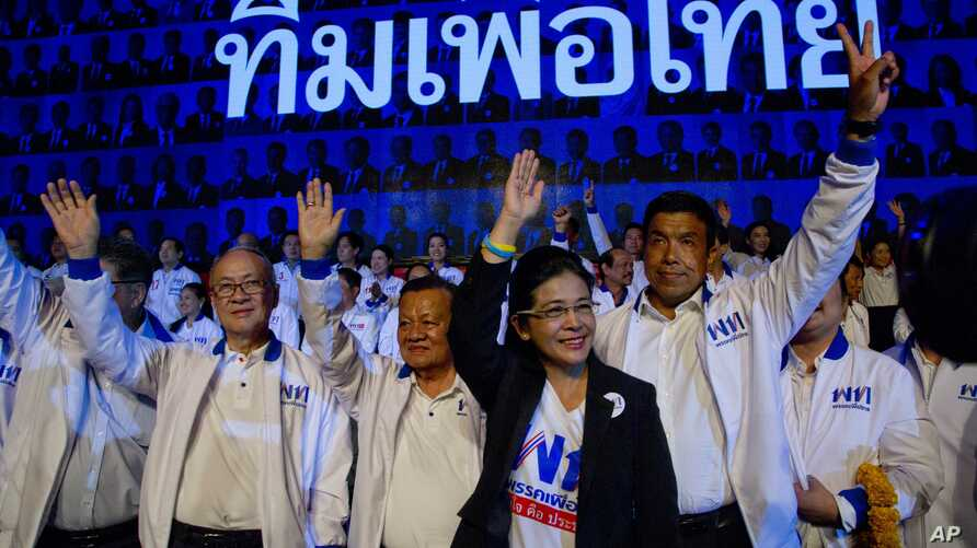 Sudarat Keyuraphan, leader of the Pheu Thai Party and a candidate for prime minister,  second right, and contestants wave during a rally ahead of general elections in Bangkok, Thailand, March 22, 2019.