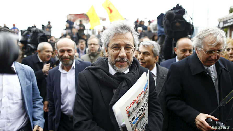 Can Dundar (C), editor-in-chief of Cumhuriyet, arrives at the Justice Palace in Istanbul, Turkey, March 25, 2016.