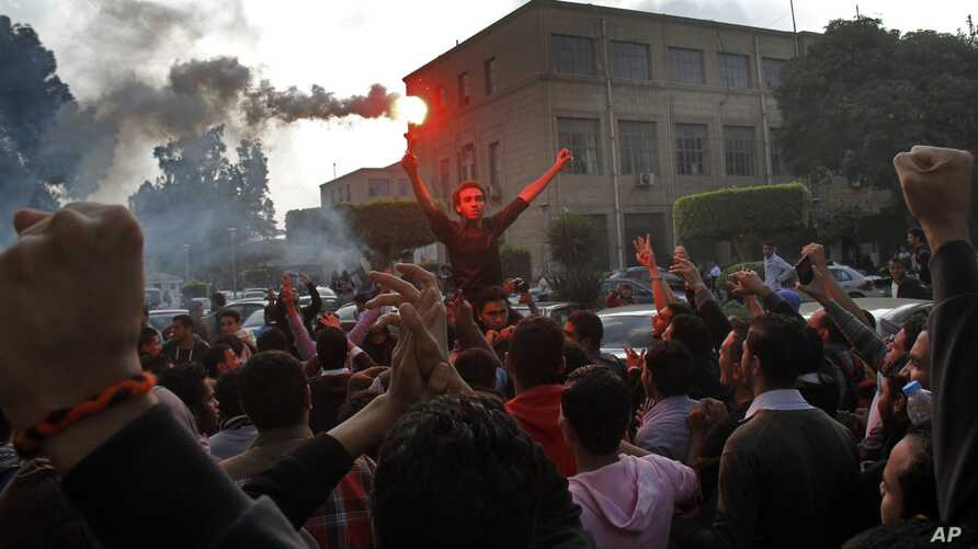 Students rally condemning the dismissal of the murder case against toppled president Hosni Mubarak over the killing of protesters during Egypt's 2011 uprising, at Cairo University, Egypt, Nov. 30, 2014.